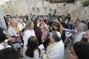 נשים בכותל רוקדות עם ספר תורה