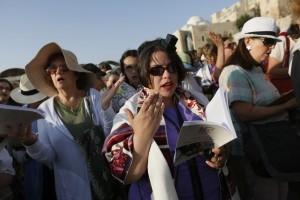 נשים עם טליתות ותפילין מתפללות בכותל