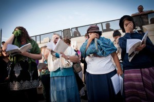 נשים עטופות טליתות קוראות קריאת שמע