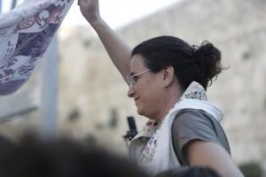 אביגיל אנטמן, כותבת הבלוג, מחזיקה את החופה מעל ספר התורה