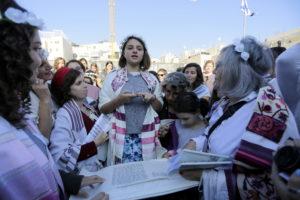 נערה עולה לתורה לכבוד בת המצווה שלה בליווי שפת הסימנים