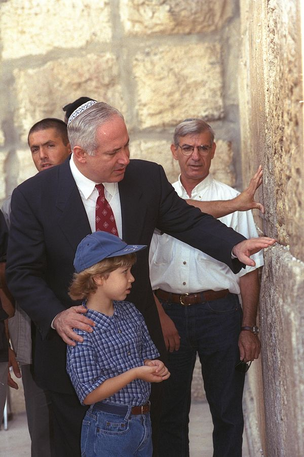 Young Yair Netanyahu and his father visit the Western Wall (Photo: Government Press Office)