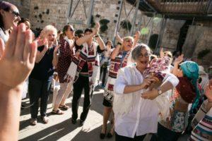 לזלי זקס, מנכלית הארגון רוקדת עם ספר תורה בכותל