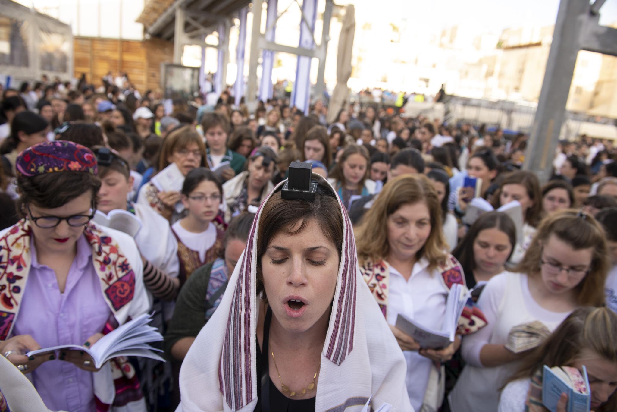 יוכי בתפילה בכותל. קרדיט צילום- דניאל שטרית
