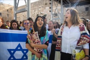יוצאות מהכותל סתקווה ושמחה עם ספר תורה ודגל ישראל