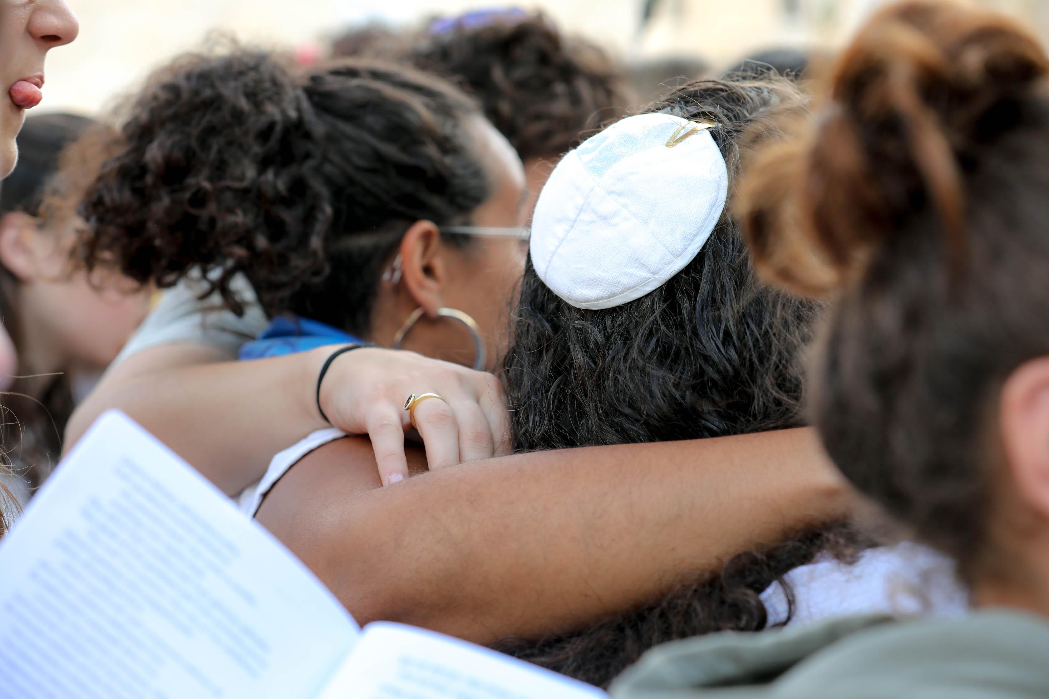 נשות הכותל מחובקות בתפילה